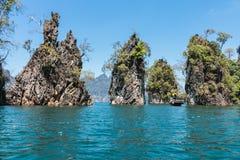 Οι βράχοι ασβεστόλιθων στη λίμνη του τοπικού LAN Cheow, εθνικό πάρκο Khao Sok, Τ Στοκ Εικόνες
