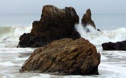 Οι βράχοι και τα κύματα συγκρούονται από την ακτή Malibu Στοκ Εικόνα