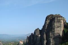 Οι βράχοι του ST Meteora στο κεντρικό μέρος της Ελλάδας 06 18 2014 Τοπίο της ορεινής φύσης, των τακτοποιήσεων και του θρησκευτικο Στοκ εικόνες με δικαίωμα ελεύθερης χρήσης