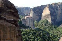Οι βράχοι του ST Meteora στο κεντρικό μέρος της Ελλάδας 06 18 2014 Τοπίο της ορεινής φύσης, των τακτοποιήσεων και του θρησκευτικο Στοκ εικόνα με δικαίωμα ελεύθερης χρήσης