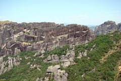 Οι βράχοι του ST Meteora στο κεντρικό μέρος της Ελλάδας 06 18 2014 Τοπίο της ορεινής φύσης, των τακτοποιήσεων και του θρησκευτικο Στοκ Φωτογραφία