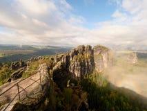 Οι βράχοι Schramsteine και Falkenstein κατά την πρόωρη φθινοπωρινή άποψη Βράχοι στο πάρκο βουνών ψαμμίτη Elbe Στοκ Εικόνα