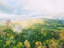 Οι βράχοι Schramsteine και Falkenstein κατά την πρόωρη φθινοπωρινή άποψη Βράχοι στο πάρκο βουνών ψαμμίτη Elbe Στοκ Φωτογραφία