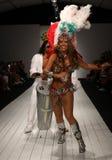 Οι βραζιλιάνοι χορευτές αποδίδουν στο διάδρομο κατά τη διάρκεια της επίδειξης μόδας ασβέστιο-Ρίο-ασβέστιο Στοκ Φωτογραφίες