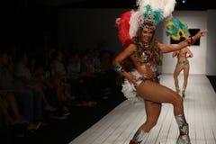 Οι βραζιλιάνοι χορευτές αποδίδουν στο διάδρομο κατά τη διάρκεια της επίδειξης μόδας ασβέστιο-Ρίο-ασβέστιο Στοκ Εικόνες