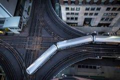 Οι βρόχοι τραίνων Λ γύρω από το στο κέντρο της πόλης Σικάγο Στοκ εικόνες με δικαίωμα ελεύθερης χρήσης