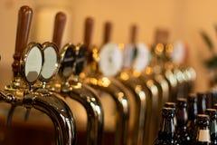 Οι βρύσες μπύρας σε ένα μπαρ με το διαφορετικό kinde της μπύρας τεχνών στοκ φωτογραφία με δικαίωμα ελεύθερης χρήσης