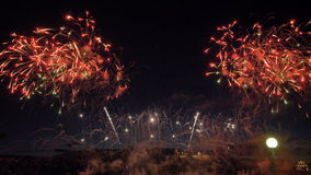 Οι βόμβες Firewok εκρήγνυνται στον αέρα Τα πλήθη των ανθρώπων εξετάζουν τα πυροτεχνήματα 4K φιλμ μικρού μήκους