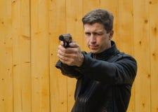 Οι βλαστοί ατόμων από ένα πιστόλι Στοκ εικόνα με δικαίωμα ελεύθερης χρήσης