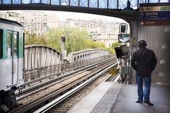 Οι γαλλικοί λαοί ατόμων ακούνε μουσική από το επικεφαλής τηλέφωνο και το περπάτημα Στοκ Εικόνες