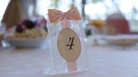 Οι γαμήλιες διακοσμήσεις για την πινακίδα νυφών στο γάμο παρουσιάζουν Bijouterie, τις κορδέλλες, τις διακοσμήσεις σατέν και το κό απόθεμα βίντεο