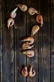 Οι γαρίδες βρίσκονται σε μια ξύλινη επιφάνεια υπό μορφή ερωτηματικού στοκ εικόνες