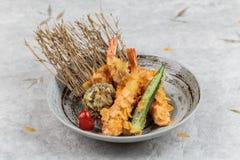 Οι γαρίδες και shiitake το tempura με τα τσίλι εξυπηρέτησαν στο μελάνι που χρωματίστηκε γύρω από το πιάτο πετρών στο χαλί γεύματο Στοκ φωτογραφία με δικαίωμα ελεύθερης χρήσης