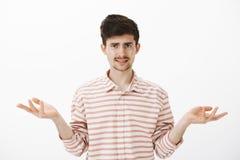 Οι γελοίες εξηγήσεις ακούσματος τύπων, που είναι ανίδεες και Ελκυστικός καυκάσιος αδελφός με το moustache και Στοκ Φωτογραφία