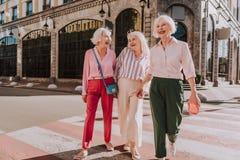 Οι γελώντας θηλυκοί φίλοι στην ηλικία πηγαίνουν πέρα από το δρόμο στοκ φωτογραφία με δικαίωμα ελεύθερης χρήσης