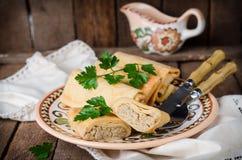 Οι γεμισμένες ρωσικές τηγανίτες κυλούν με το κρέας στο παραδοσιακό κύπελλο αργίλου στο ξύλινο υπόβαθρο εικόνα που τονίζεται Εκλεκ Στοκ φωτογραφία με δικαίωμα ελεύθερης χρήσης