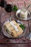 Οι γεμισμένες τηγανίτες crepes με το κρέας και bechamel Στοκ Εικόνες