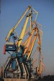 Οι γερανοί είναι σε μια σειρά στο θαλάσσιο λιμένα της Azov θάλασσας στοκ εικόνες