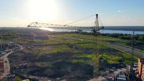 Οι γερανοί κατασκευής είναι σε μια περιοχή, χτίζοντας τα καινούργια σπίτια 4K φιλμ μικρού μήκους
