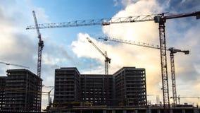 Οι γερανοί που λειτουργούν στην κατασκευή της κατοικήσιμης περιοχής στο formerindustrialχωρίζουν το χρονικό σφάλμα σε ζώνες απόθεμα βίντεο