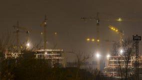 Οι γερανοί που λειτουργούν στη νύχτα και το χιόνι ανατινάζουν στην κατασκευή της κατοικήσιμης περιοχής στη ζώνηformerindustria φιλμ μικρού μήκους