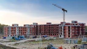 Οι γερανοί πύργων χτίζουν το μεγάλο κατοικημένο κτήριο μέσα απόθεμα βίντεο
