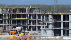 Οι γερανοί πύργων χτίζουν το μεγάλο κατοικημένο κτήριο μέσα φιλμ μικρού μήκους