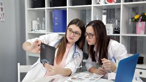 Οι γιατροί εξετάζουν τα αποτελέσματα των ακτίνων X, δοκιμές, ένα στιγμιότυπο του ασθενή φιλμ μικρού μήκους