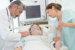 Οι γιατροί εξετάζουν το θηλυκό ασθενή στο νοσοκομείο στοκ εικόνα με δικαίωμα ελεύθερης χρήσης