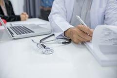 Οι γιατροί καταγράφουν τα στοιχεία ασθενών στοκ φωτογραφία με δικαίωμα ελεύθερης χρήσης