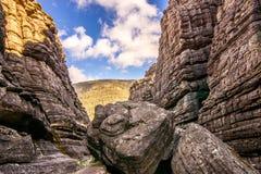 Οι γιγαντιαίοι βράχοι που εμποδίζουν το μόνο τρόπο σε Grampian Στοκ φωτογραφία με δικαίωμα ελεύθερης χρήσης