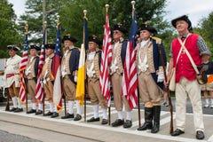 Οι γιοι της αμερικανικής επανάστασης στέκονται έτοιμοι να παρουσιάσουν τα χρώματα Στοκ Εικόνες