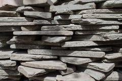 Οι γκρίζες ορθογώνιες πέτρες είναι συσσωρευμένη μια σε άλλη Στοκ εικόνες με δικαίωμα ελεύθερης χρήσης