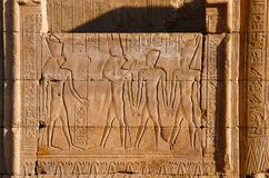 Οι γλυπτικές στον εσωτερικό τοίχο του ναού Edfu, αυτό είναι μια από τις καλύτερα συντηρημένες λάρνακες στην Αίγυπτο Στοκ εικόνα με δικαίωμα ελεύθερης χρήσης