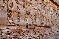 Οι γλυπτικές στον εσωτερικό τοίχο του ναού Edfu, αυτό είναι μια από τις καλύτερα συντηρημένες λάρνακες στην Αίγυπτο, που αφιερώνε Στοκ Εικόνες