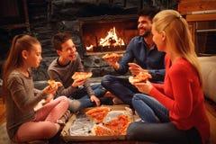 Οι γονείς και τα παιδιά έχουν τη διασκέδαση και κατανάλωση της πίτσας από κοινού στοκ φωτογραφίες με δικαίωμα ελεύθερης χρήσης