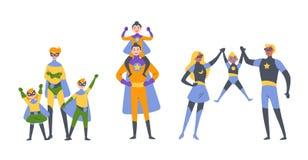 Οι γονείς και τα παιδιά, το αγόρι και το κορίτσι που παίζουν superheroes, έντυσαν στα έξοχα κοστούμια ηρώων ελεύθερη απεικόνιση δικαιώματος