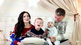 Οι γονείς και τα παιδιά ξοδεύουν το χρόνο μαζί, οικογένεια που φωνάζει μαζί, ανοίγουν συγχρόνως το στόμα τους, ευτυχής οικογένεια απόθεμα βίντεο