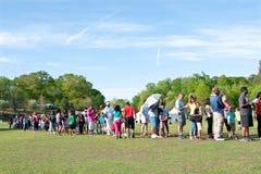 Οι γονείς και τα παιδιά περιμένουν στη μεγάλη ουρά το γύρο φεστιβάλ στοκ φωτογραφίες με δικαίωμα ελεύθερης χρήσης