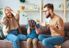 Οι γονείς και το παιδί διαζυγίου οικογενειακής φιλονικίας ορκίζονται, σύγκρουση στοκ εικόνες