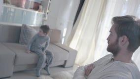 Οι γονείς που υποστηρίζουν και διασκορπίζουν στα διαφορετικά δωμάτια Το μικρό παιδί είναι φοβησμένο και με απώλεια Οικογενειακές  απόθεμα βίντεο