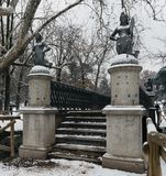 Οι γοργόνες γεφυρώνουν στο πάρκο Sempione στο Μιλάνο, Ιταλία Τα τέσσερα αγάλματα γοργόνων στο Ponte delle Sirenette στο Μιλάνο κα Στοκ φωτογραφίες με δικαίωμα ελεύθερης χρήσης