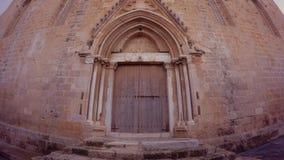 Οι γοτθικές πύλες του ναού του Άγιου Βασίλη ` είναι κλειστές για να επισκεφτούν Πόλη Gazimagusa στη βορειοανατολική ακτή της Κύπρ απόθεμα βίντεο