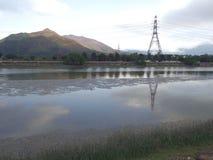 Οι γραμμές ηλεκτρικής δύναμης κοντά στον ποταμό σε Nam τραγούδησαν το ψαροχώρι Wai στοκ φωτογραφίες