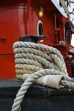Οι γραμμές πρόσδεσης εξασφαλίζουν tugboat σε μια αποβάθρα Στοκ εικόνες με δικαίωμα ελεύθερης χρήσης