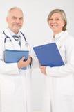 οι γραμματοθήκες γιατρών κρατούν τους ιατρικούς πρεσβυτέρους που χαμογελούν την ομάδα Στοκ Εικόνα