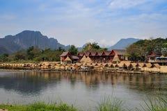 Οι γραφικές τράπεζες του ποταμού Μεκόνγκ στο χωριό Vang Vieng στοκ φωτογραφίες