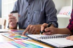 Οι γραφικοί σχεδιαστές επιλέγουν τα χρώματα από τα δείγματα ζωνών χρώματος για το σχέδιο Γραφική έννοια εργασίας δημιουργικότητας στοκ φωτογραφίες