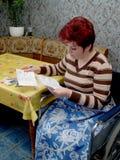 Οι γυναίκα-άκυροι απολογισμοί βλέμματος Στοκ φωτογραφία με δικαίωμα ελεύθερης χρήσης