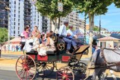 Οι γυναίκες έντυσαν στα παραδοσιακά κοστούμια που οδηγούν τις μεταφορές αλόγων και που γιορτάζουν στην έκθεση της Σεβίλης ` s Απρ Στοκ φωτογραφίες με δικαίωμα ελεύθερης χρήσης